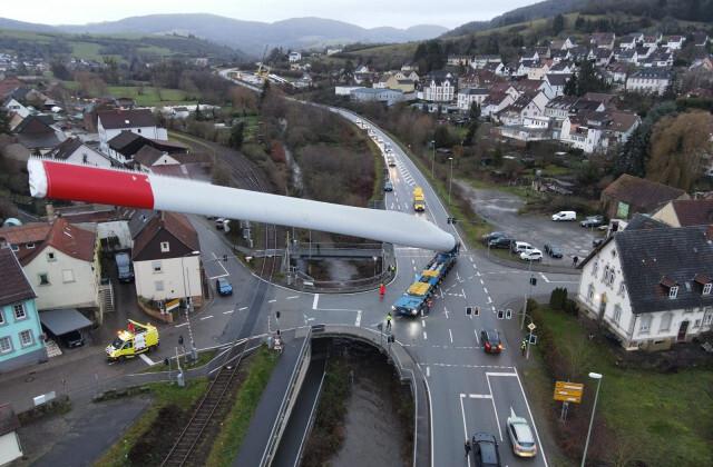 Перевозка 67-метровой лопасти ветрогенератора + видео