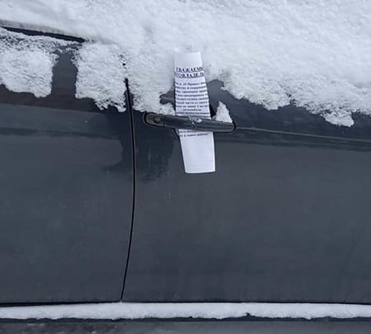 Кресла, вешалки, записки: как автовладельцы сохраняют за собой очищенные парковочные места