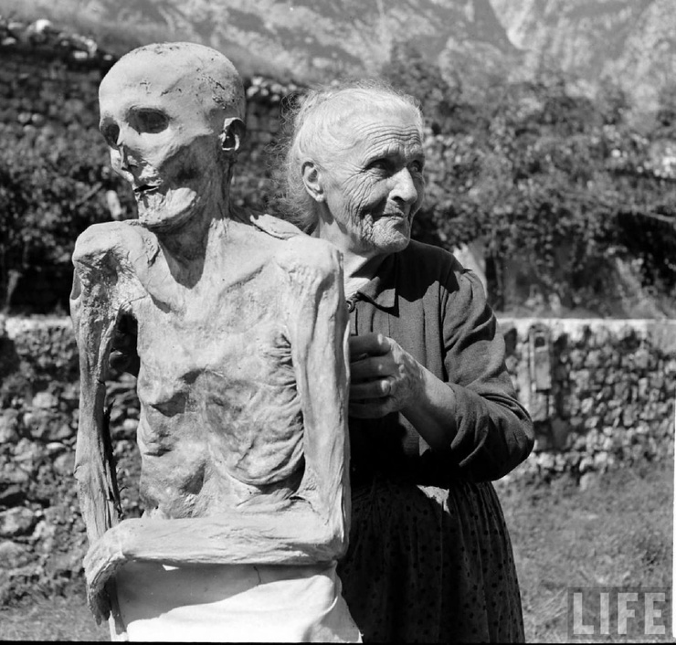 Полвека назад жители итальянского городка жили бок о бок с мумиями, водили их на прогулки и устраивали им чаепития