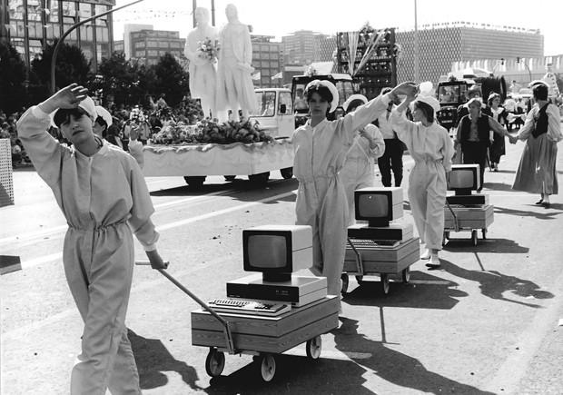 История одной фотографии: сборщицы компьютеров на параде, ГДР, 1 мая 1987 года