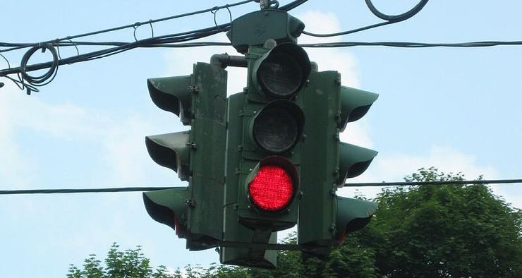 Где находится единственный в мире перевёрнутый светофор и зачем его сделали таким
