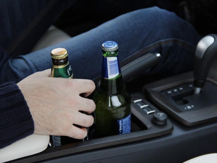 Можно ли распивать алкогольные напитки за рулем припаркованного автомобиля?