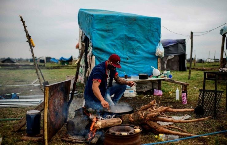 Около 2 500 семей живут посреди поля в Аргентине