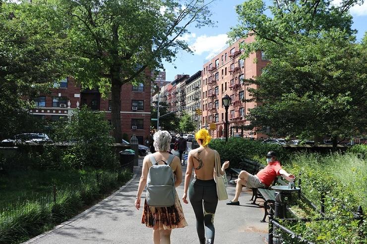 Первые топлес-посиделки после карантина в нью-йоркском парке