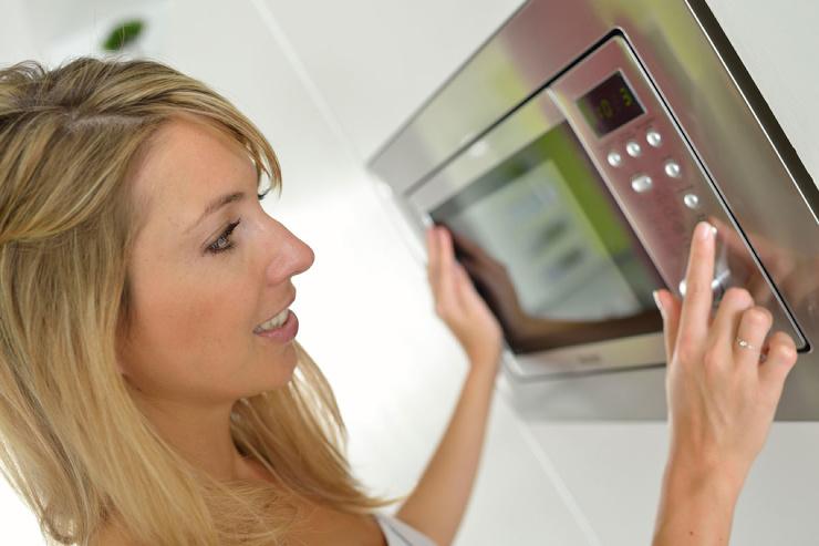 Безопасно ли готовить пищу в микроволновке?